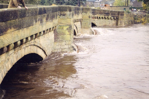 Link to http://archive.hampsthwaite.org.uk/history/images/Hampsthwaite%20Flood%202nd%20July%201968/images/1000/BridgeFlood1000a.jpg