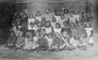 Hampsthwaite village school photo of around 1921. Dorothy Vivien Breaks is the tall girl third from the right on the back row. - click for full size image